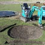 Voor de 2e trampoline moesten er gaten voor de poten gegraven worden.