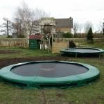 Totaalplaatje met 2 trampolines.