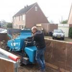 Snoek handelsonderneming gebruikt een rupsdumper om grond af te voeren uit de achtertuin.