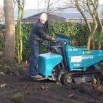 met rupsdumper de grond verdeeld in de tuin
